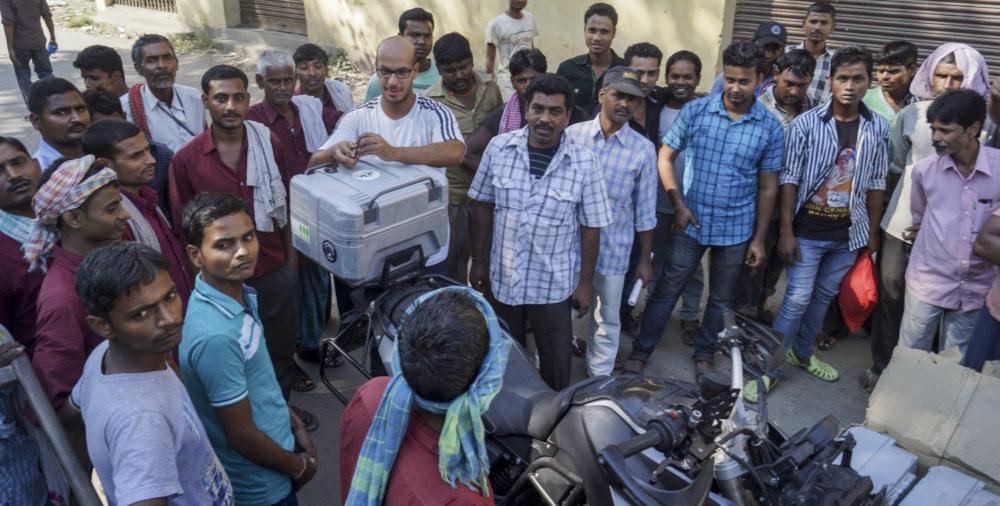 Muss nicht nochmal sein: Motorräder in einen indischen Zug verladen