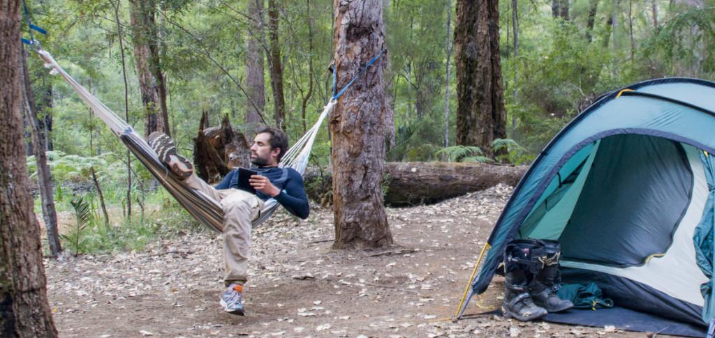 Motorrad Zelt in einem Wald in Australien